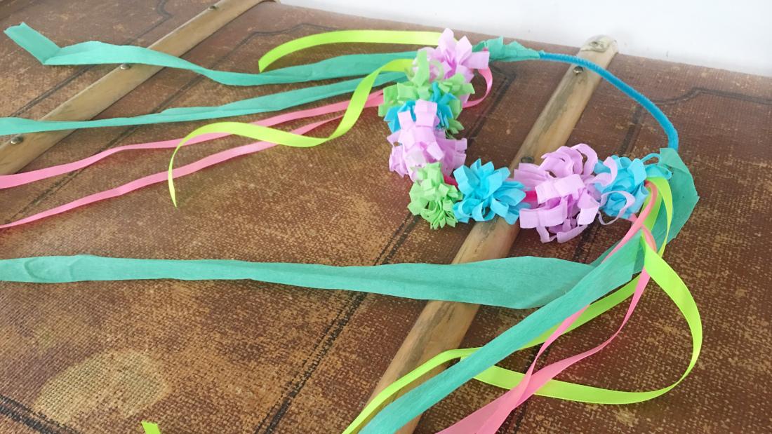 Bunter Blumenkranz aus Krepppapier, Pfeifenputzern und bunten Bändern