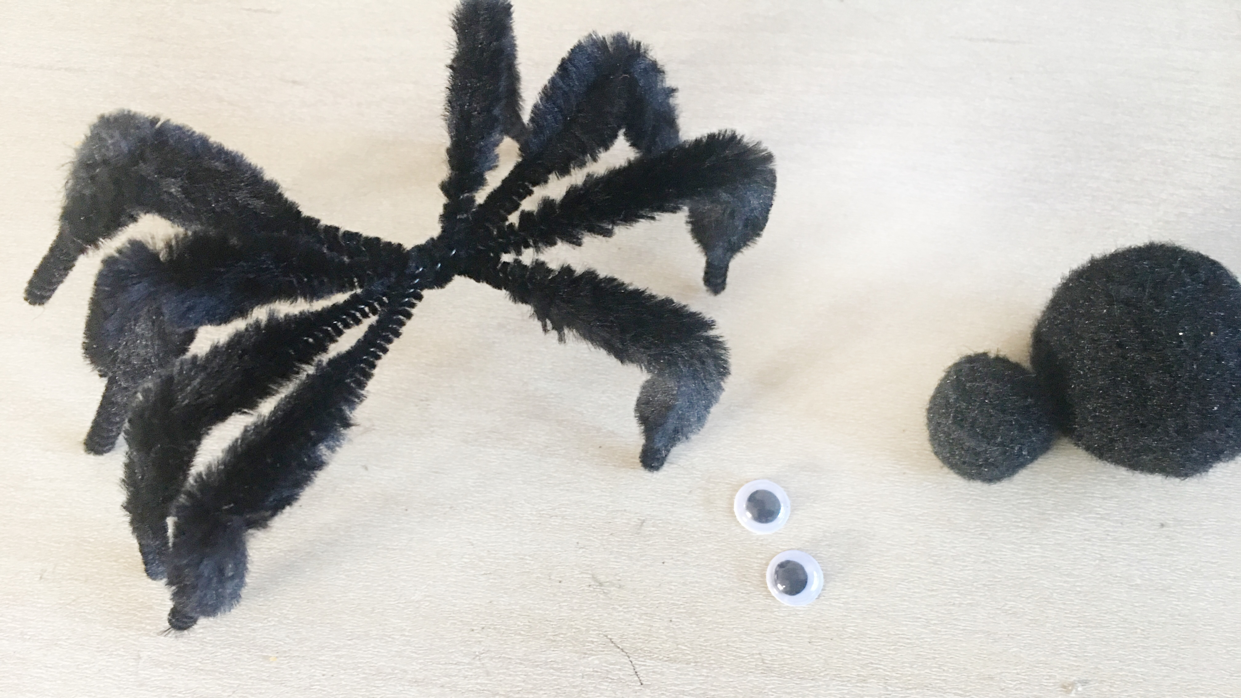 Deka-Spinnen aus Chenille-Drähten