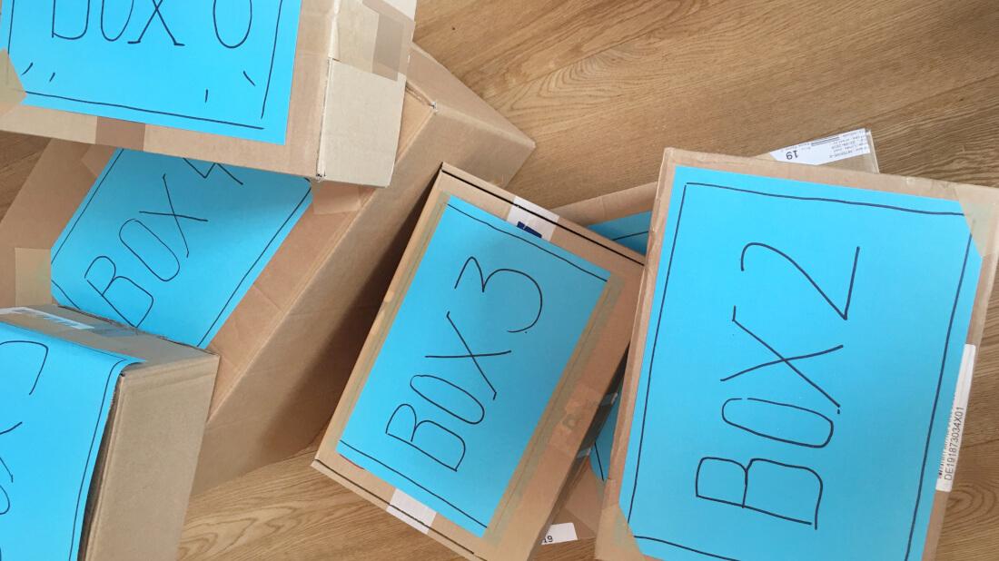 Alle Materialien für die Disco-Mode-Party werden in Kisten verpackt