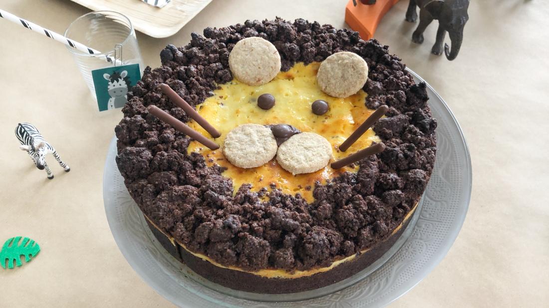 Ein russischer Zupfkuchen getarnt als Löwe. Der braune Teig ist Boden und Mähne zugleich.