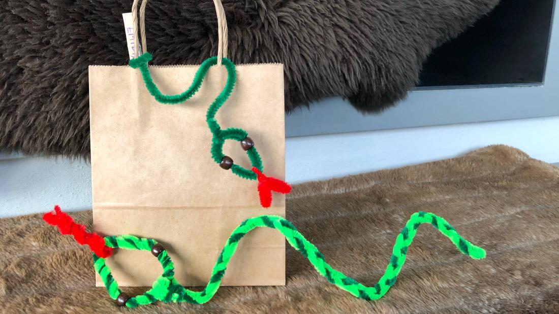 Einfach Craftpapiertüten mit Schlangen aus Pfeifenputzern sind die perfekten Mitgebseltüten