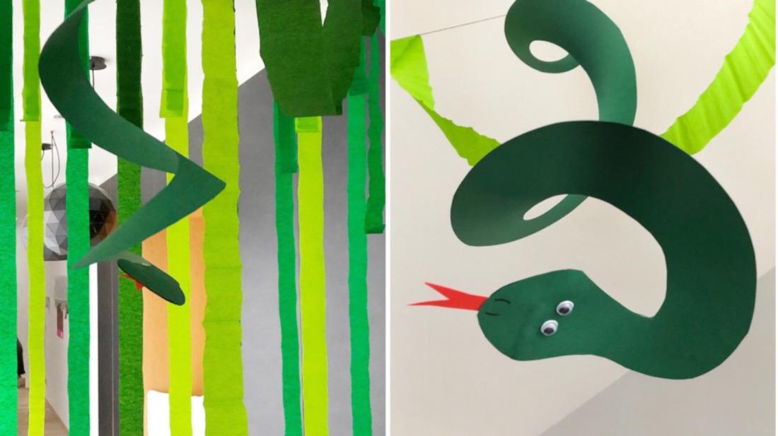 Dschungel-Deko mit Papierschlangen, die zwischen den Kreppstreifen hängen