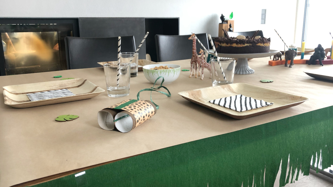 Unsere Dschungel-Deko für den Tisch ist schlicht aber schön: Naturtöne, Schleichtiere und Zebraservietten