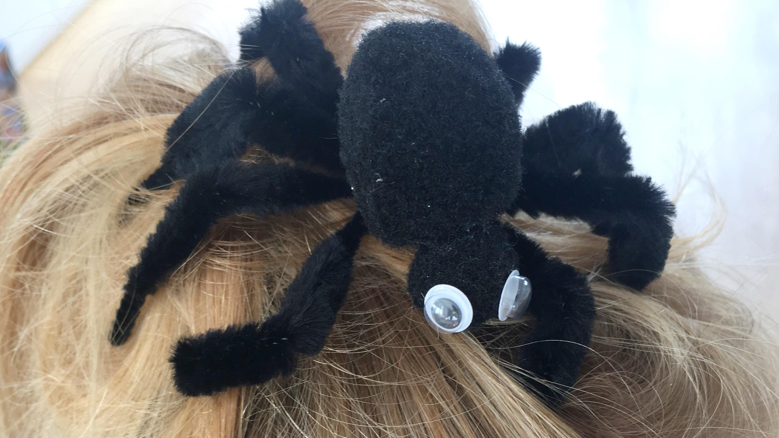 Deko-Spinne auf dem Kopf