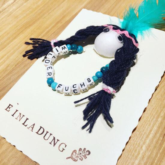 Indianerparty Einladung als Karte mit einem Indianerkopf und einem Armband