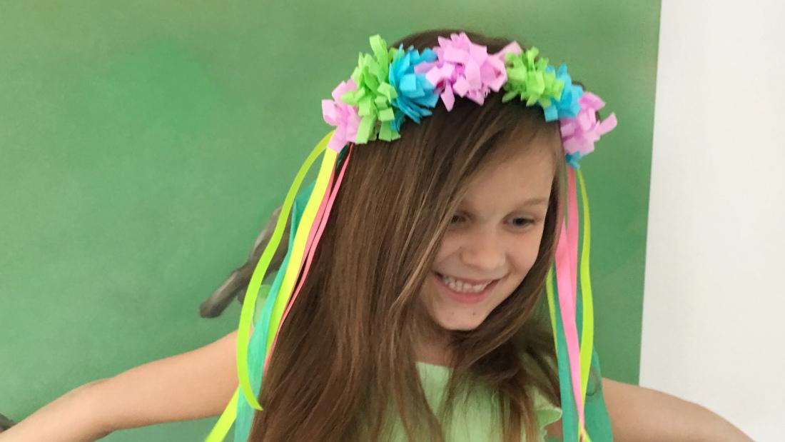 Haarschmuck für eure Feen- und Einhornparty aus Krepppapierblumen