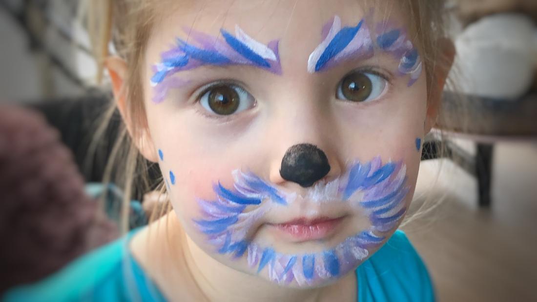Kinderschminken bei den Kleinsten: Oft reichen ein paar niedliche Striche und fertig ist das niedliche Monsterchen