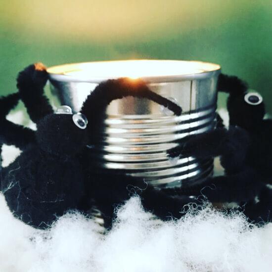 Spinne an selbstgegossener Kerze
