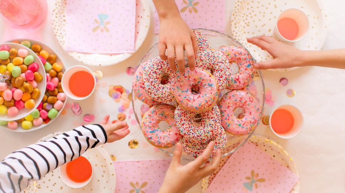 Bunte Donuts passen auch gut zu einer Feen- und Einhornparty