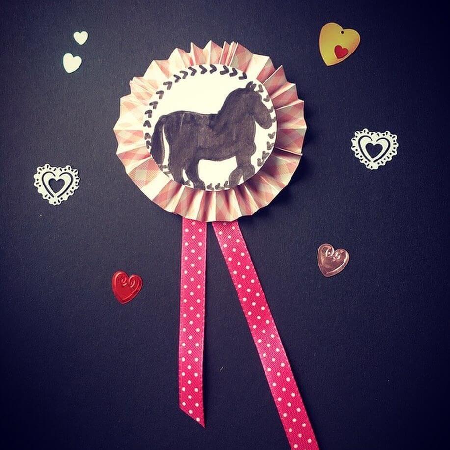 Pferde Rosetten aus Papierfächern und hübschen Bändern