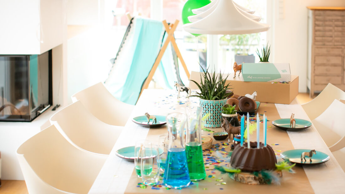 Indianerparty Deko mit Tipi, alles in blau-grün Tönen, Schleichpferdchen, und Craftpapier als Tischdecke