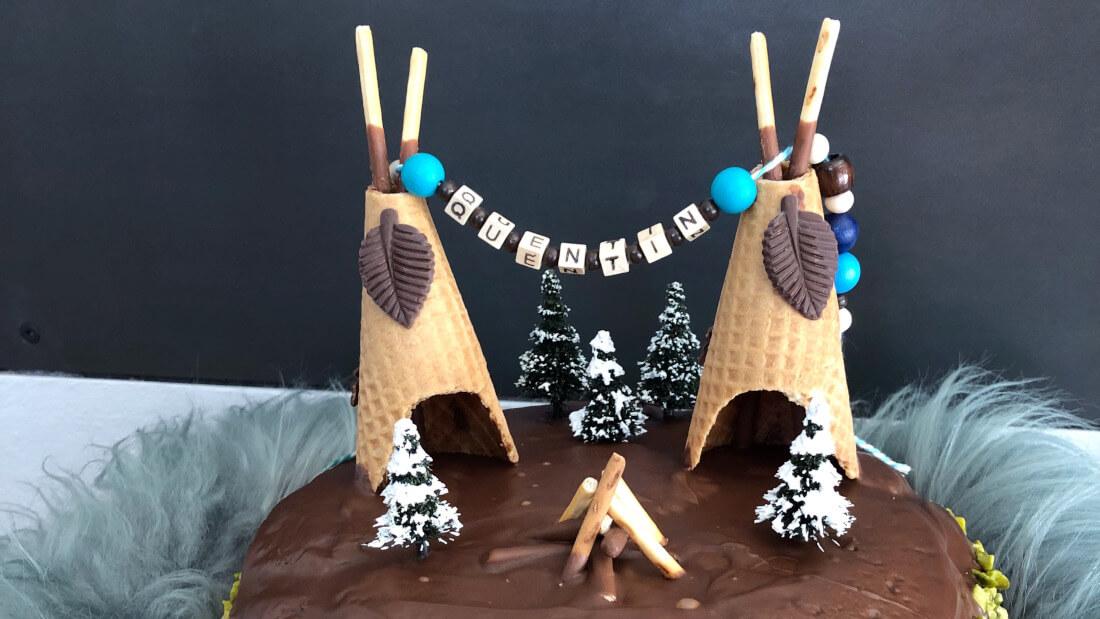 Rührkuchen mit Schokoguss und Tipis aus Eiswaffeln - der perfekte Kuchen für eine Indianerparty