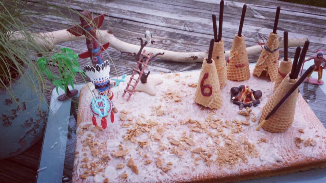Blechkuchen mit vielen Eiswaffel-Tipis und Spielzeugfiguren als Accessoires