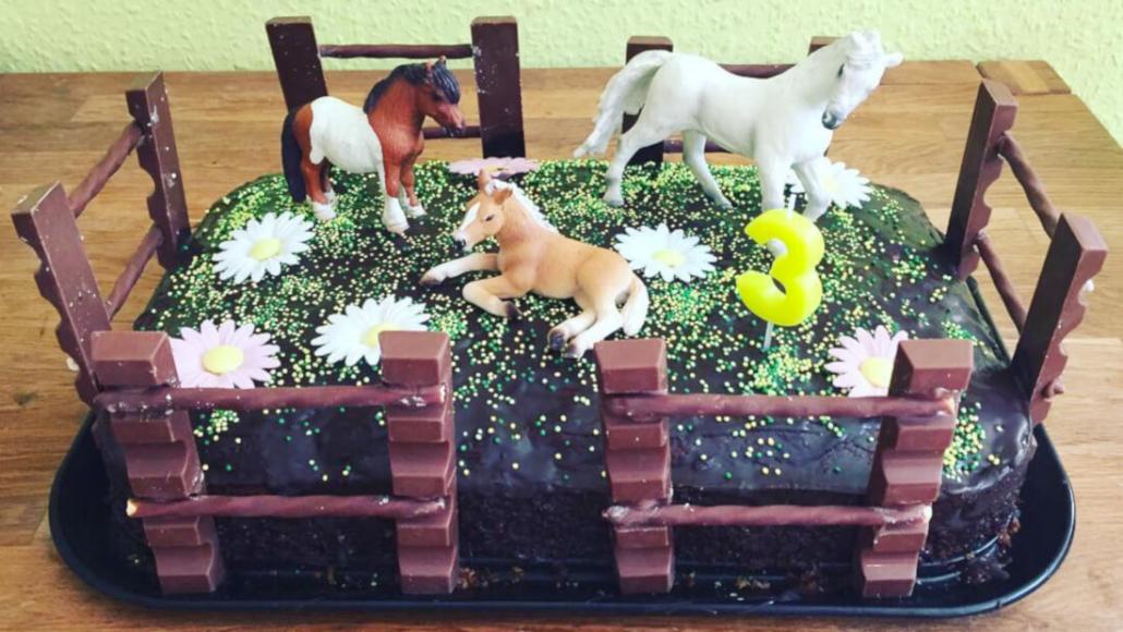 Pferdeparty Kuchen mit Schleichtieren als Deko