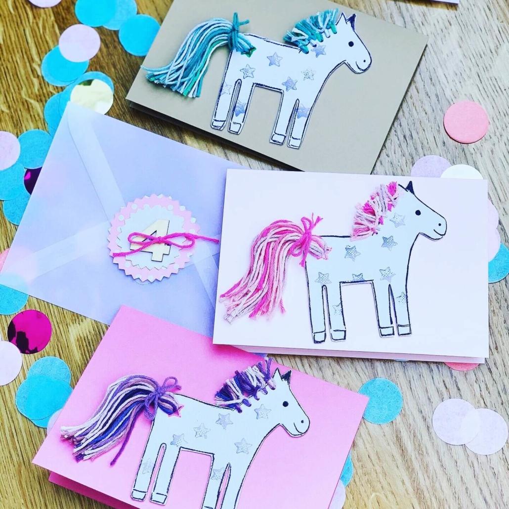 Pferdeparty-Einladungskarten in durchsichtigen Umschlägen