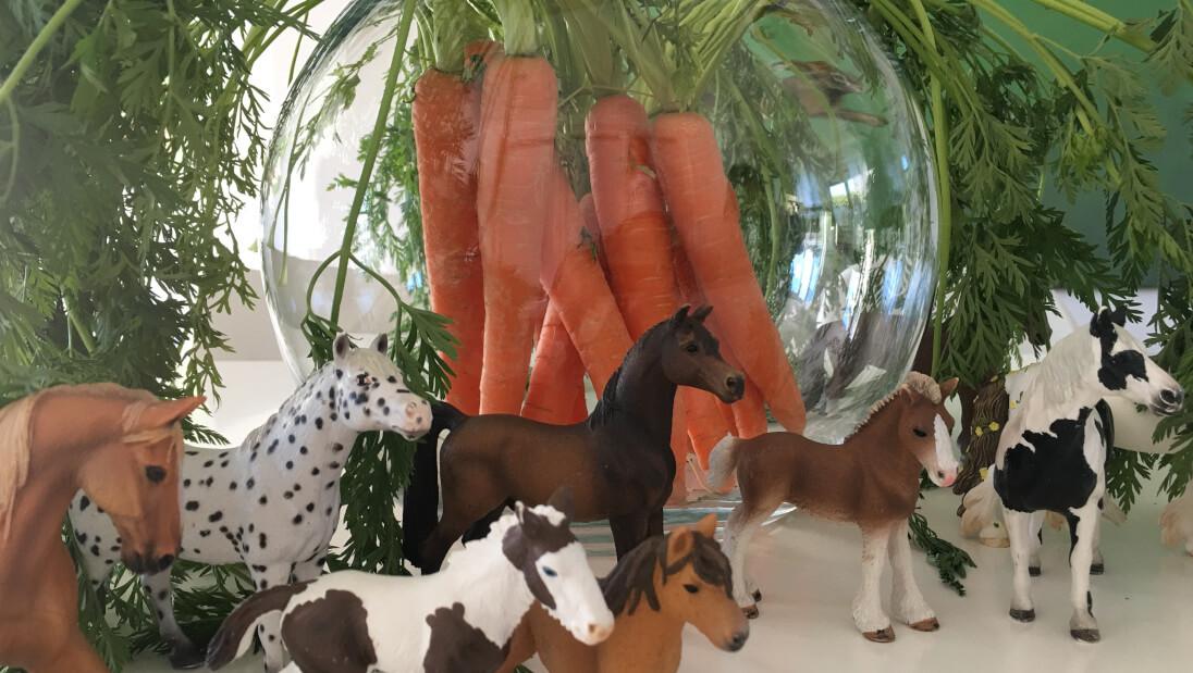 Pferdeparty-Deko aus Karotten in einer Glasvase und Schleichpferdchen